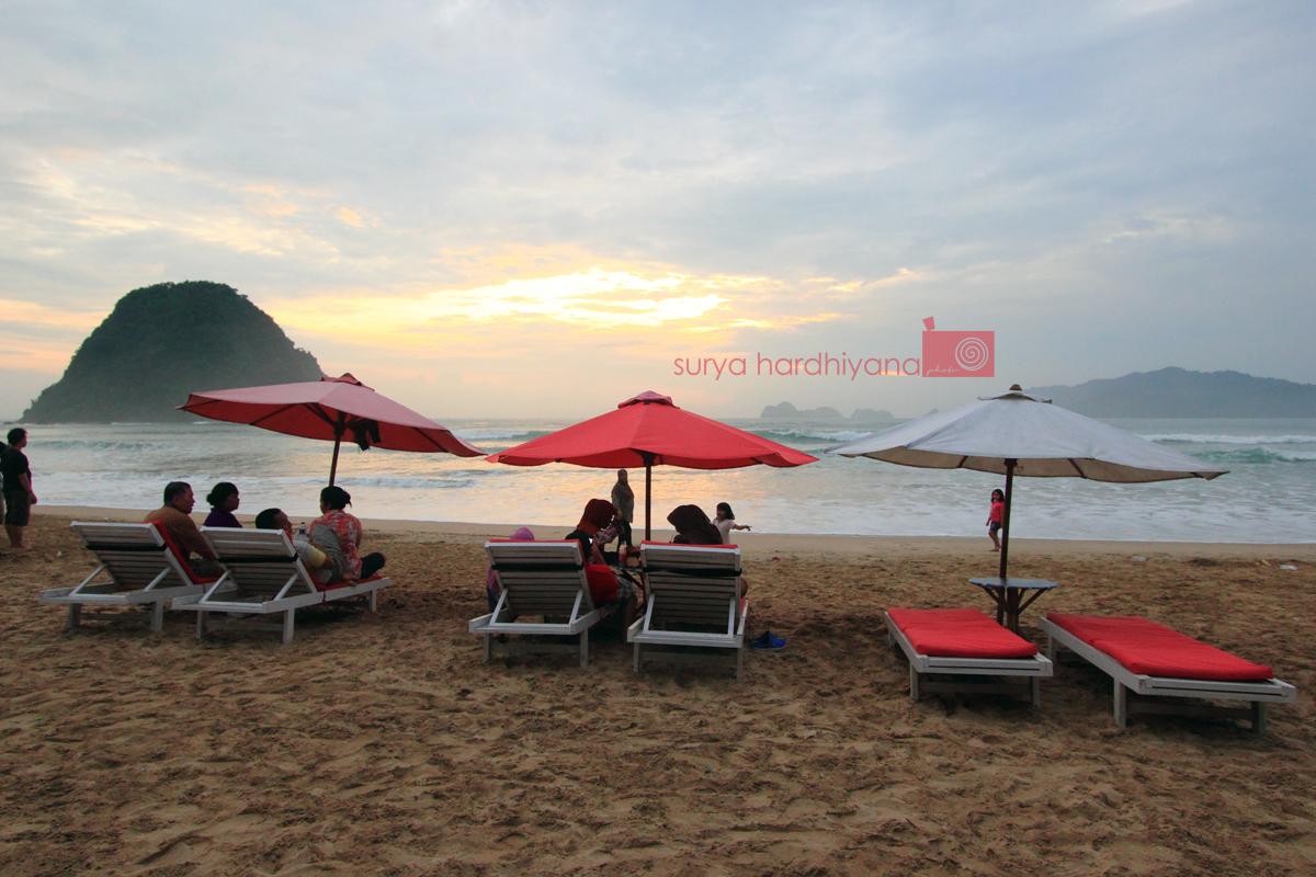 Menatap Senja (Tak) Sempurna di Pulau Merah