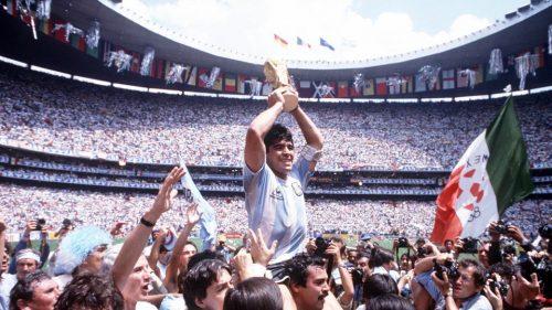 Diego Maradona Dengan Trophy Piala Dunia 1986 (sumber: Twitter @FIFAworldcup)