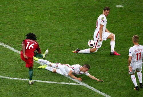 Tendangan Renato Sanches ke gawang Polandia (sumber: www.uefa.com)