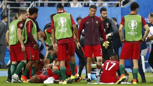 Ronaldo memberikan semangat pada rekan2nya saat Portugal vs Prancis (Sumber: www.uefa.com)